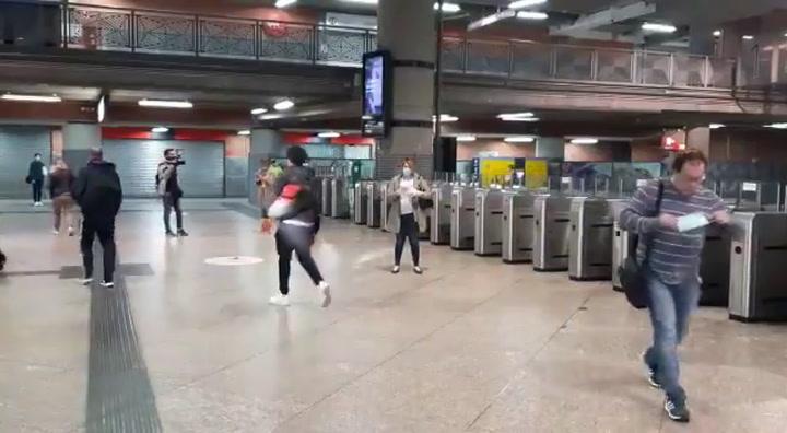 Voluntarios de la Cruz Roja reparten mascarillas en el metro de Madrid