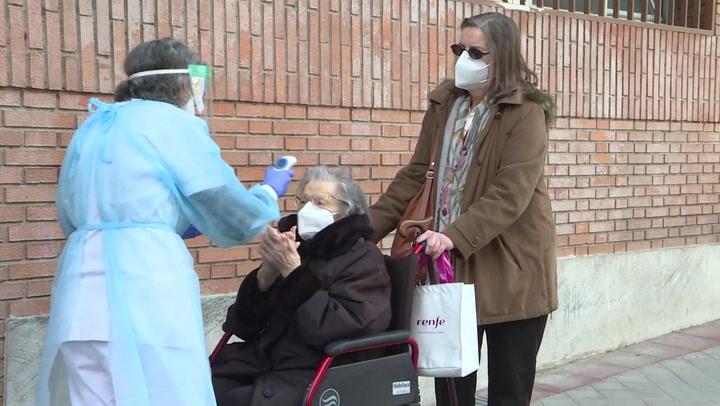 Personas mayores de 80 años reciben la vacuna contra la Covid-19 en Madrid