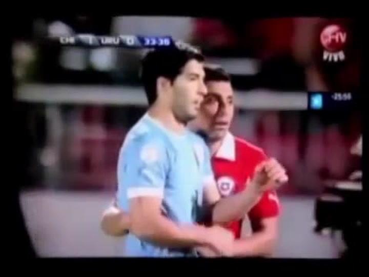 Gonzalo Jara le tocó los genitales a Luis Suárez y este le propinó un gancho