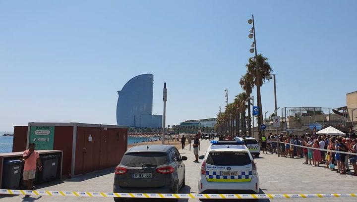 Desalojan una playa de la Barceloneta por un posible explosivo en el agua