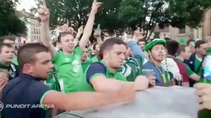 Feststemte fotballsupportere fikset bulkete biltak under vill feiring