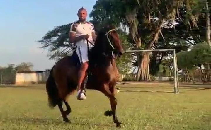 Arturo Vidal lo peta en las redes montado en un curioso caballo