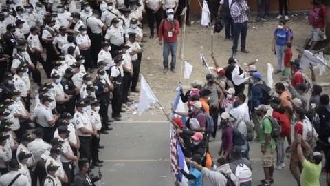 Guatemala reprime y dispersa caravana migrante que busca EEUU