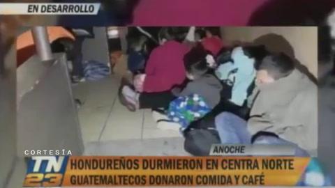 Migrantes hondureños pasan la noche en Centra Norte