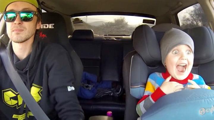 Treåring jubler over farens villmannskjøring