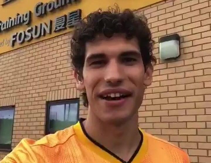 Jesús Vallejo saludó a la afición de los Wolves