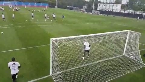 El golazo al ángulo de Messi en la práctica en Barcelona