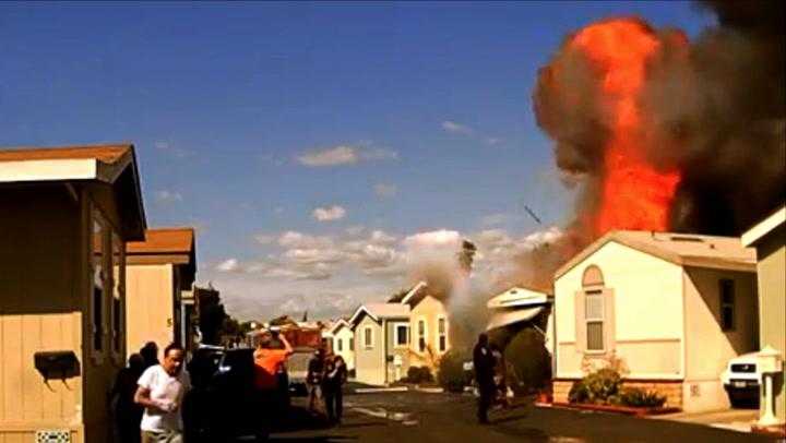 Mannen reddes ut av flammene – i neste øyeblikk smeller det