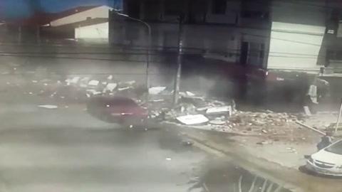 Un video muestra cómo se derrumba el balcón que mató a una mujer y su hija