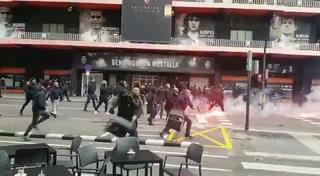 Salvaje enfrentamiento entre aficionados del Barcelona y Valencia