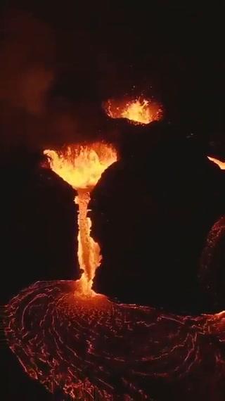 VIDEO: Volcán Cumbre Vieja continúa realizando fuertes erupciones de lava