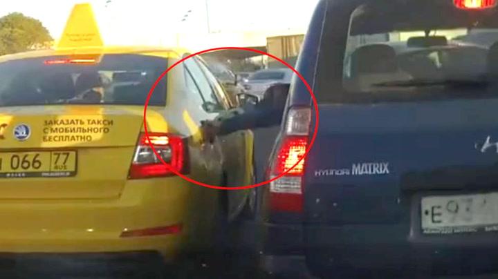 Sjåføren gjør det uventede i trafikken