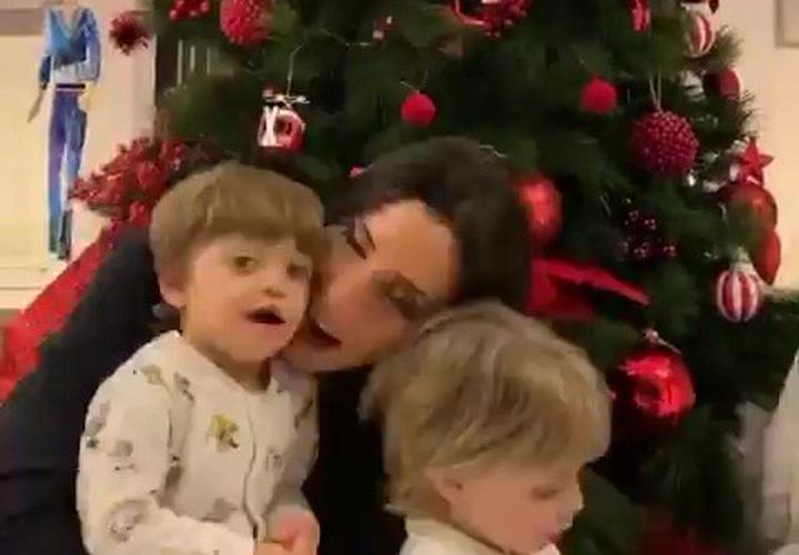 Pilar Rubio comparte un vídeo montando el árbol de Navidad junto a sus tres hijos