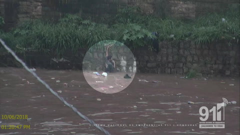 Cámaras del 911 captan a hombre en peligro de ser arrastrado por río