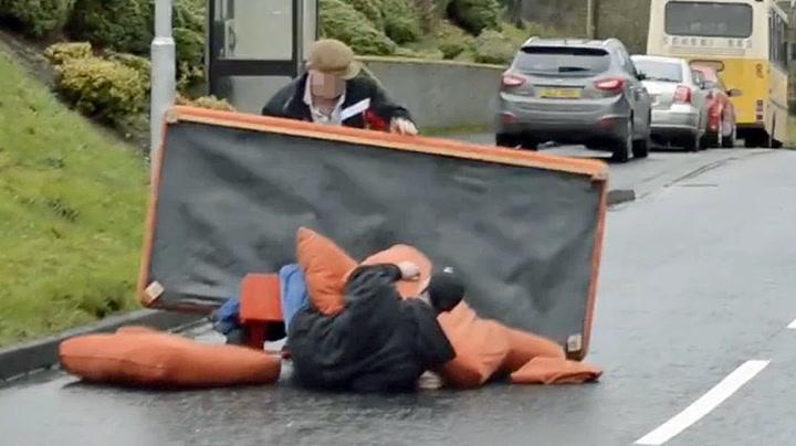 Mennene prøvde å flytte sofaen – endte i full krangel