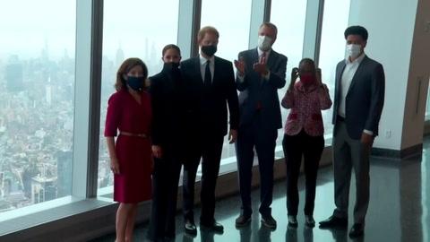 El príncipe Enrique y Meghan visitan memorial del 911 en Nueva York
