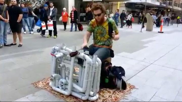 Her spiller han techno med sandaler og plastrør
