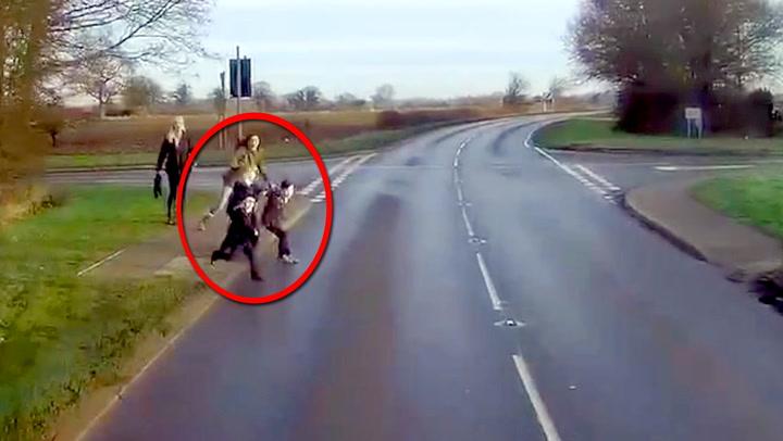 Rett foran traileren løper barna ut – med mor i hælene