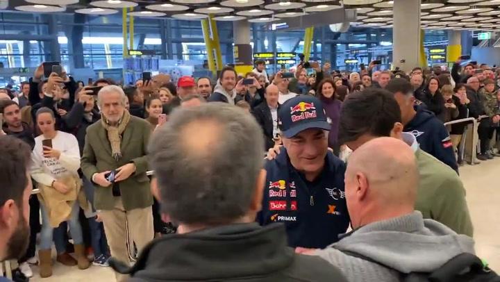 Sainz y Cruz recibidos al grito de 'Campeones, Campeones' en Madrid