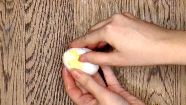 Hvordan lage eggerøre inne i egget