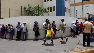 Miles de salvadoreños buscan ayuda de 300 dólares de gobierno