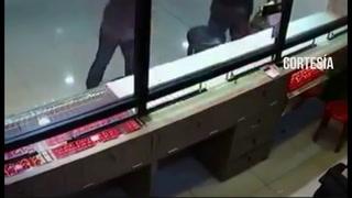 Cámaras de seguridad graban un robo en un centro comercial de Dubái