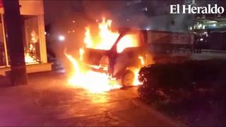 Le prenden fuego a carro de la Policía Nacional en Tegucigalpa
