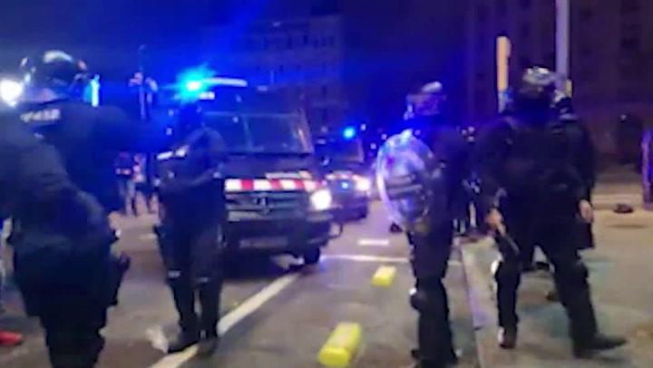 Un día más, manifestantes se enfrentan a los Mossos en Barcelona