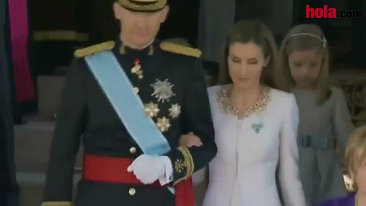 Los Reyes y sus hijas presiden un desfile militar a las puertas del Congreso de los Diputados