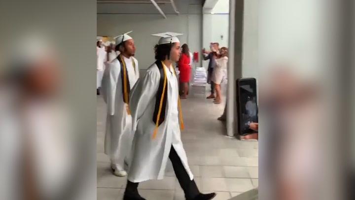 Alejandro Sanz, un padre orgulloso en la graduación de Alexande