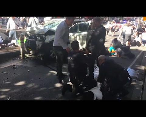Un auto embistió a una multitud en Australia y hay 19 heridos