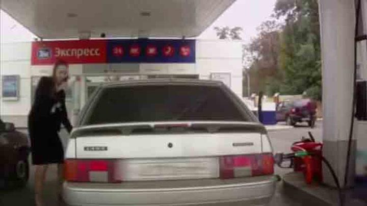 Her gjør kvinnen ALT feil på bensinstasjonen