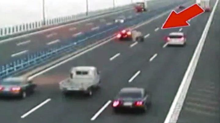 Løpsk hjul skapte kaos - Seks biler kolliderte