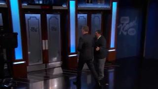 Tom Hanks acepta un reto de Jimmy Kimmel y roba en una tienda de recuerdos ante los ojos de todos