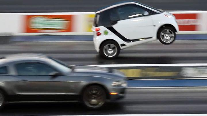 Mustangen henger ikke med når Smart-bilen gir gass