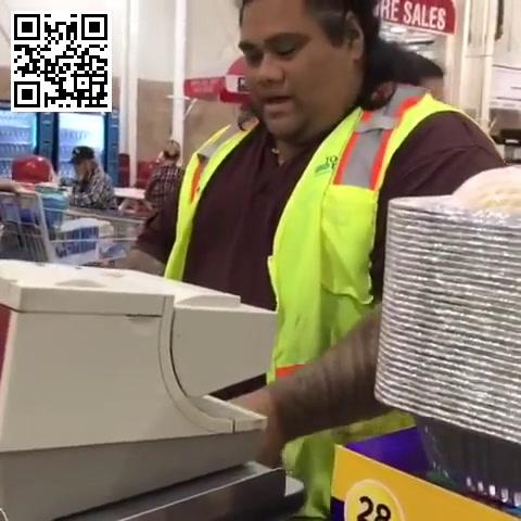 Dos nenas confunden al cajero de un supermercado con un personaje de la película Moana