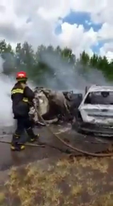 Diez muertos al chocar de frente e incendiarse dos autos en la ruta 105