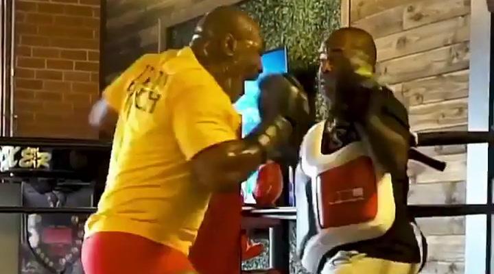Tyson sigue entrenando duro para su gran retorno