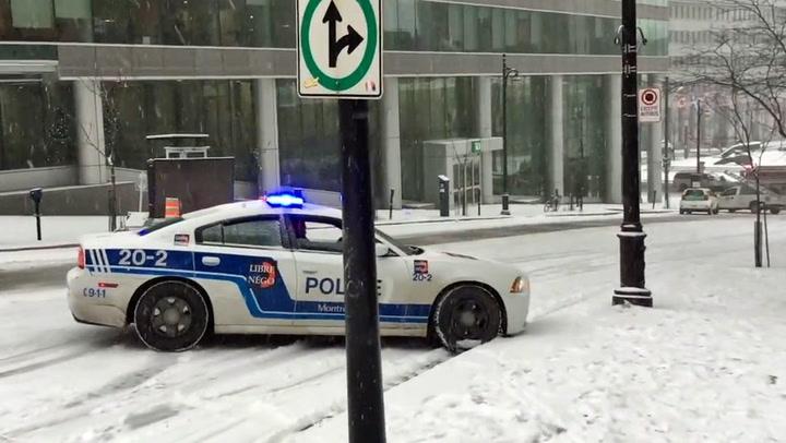 Man tror kaoset er komplett… så kommer politibilen skliende