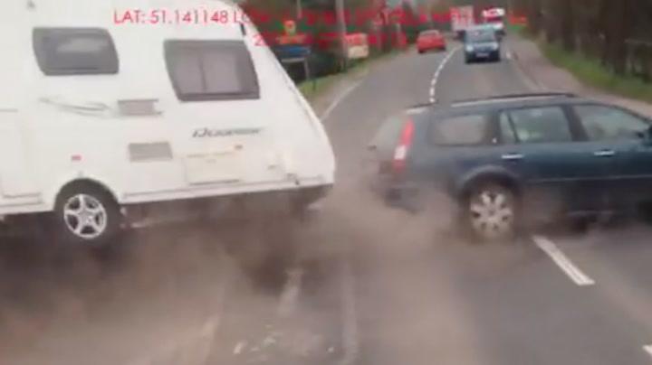 Prøver forbikjøring med campingvogn - mister kontrollen fullstendig