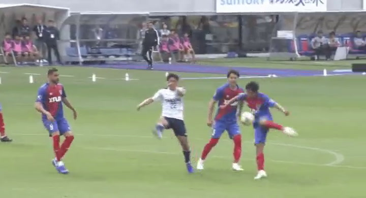 Otro golazo de Take, que sigue brillando en Japón