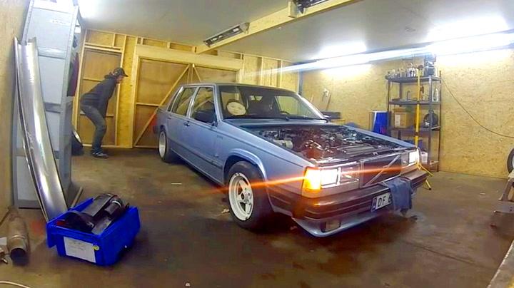 Bilgutta skal tøffe seg i garasjen – det ender i fiasko