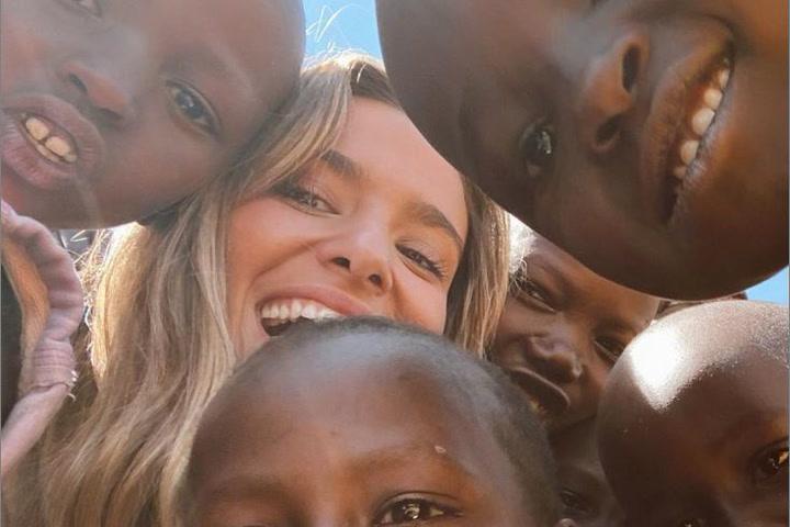 María Pombo se grava bailando con varios niños en un pueblo de Kenia
