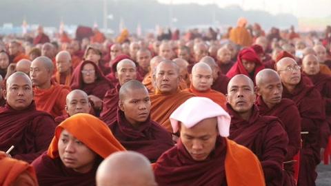 Unos 30.000 monjes reciben donaciones tras la
