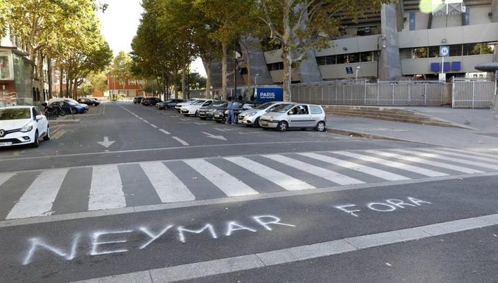 Pintadas contra Neymar en los aledaños del Parque de los Príncipes