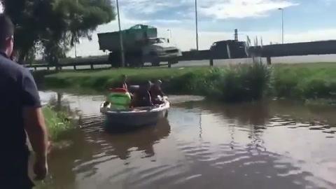 Un intendente del PRO simuló recorrer zonas inundadas y en realidad estaba en una zanja