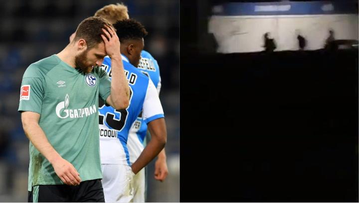 Aterrador: los jugadores del Schalke huyen corriendo de su propia afición
