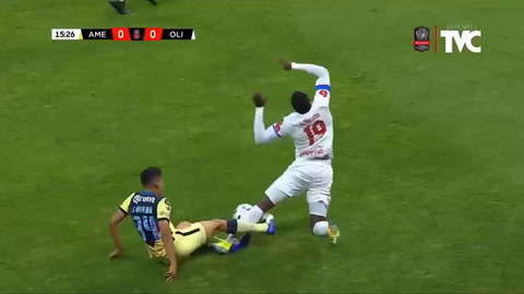 El travesaño le negó el gol a Yustin Arboleda (CONCACAF)