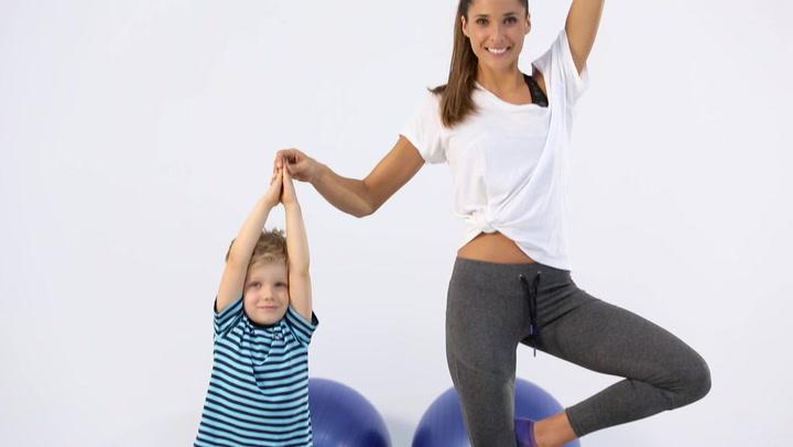 Practica yoga con tus hijos como Chris Hemsworth y Elsa Pataky