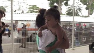 México abre frontera a mujeres y niños de caravana hondureña
